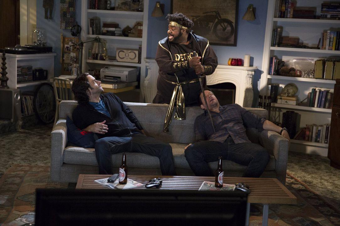 Auch Shelly (Ron Funches, M.) ist gegen die Freundschaft zwischen Danny (Chris D'Elia, l.) und Julius (Josh Hopkins, r.) ... - Bildquelle: Warner Brothers