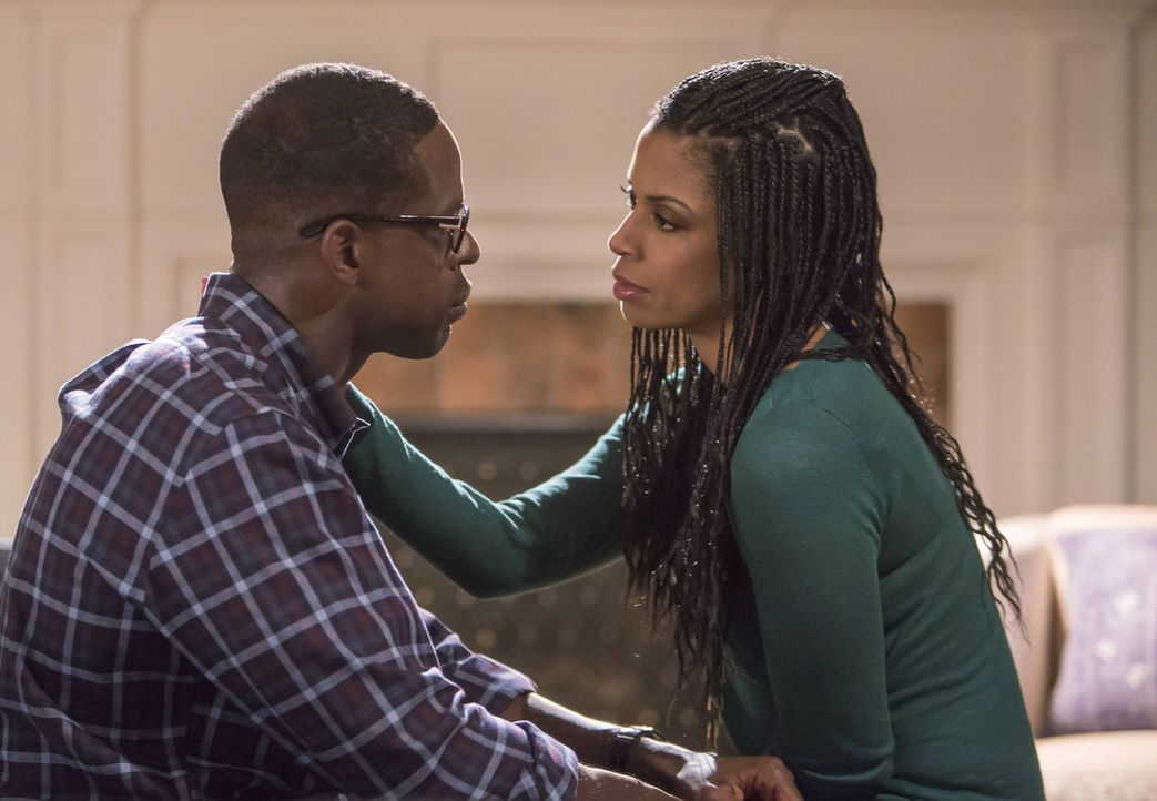 Randall (Sterling K. Brown, l.) tut sich schwer damit, dass sein leiblicher Vater schwer krank ist. Kann seine Frau Beth (Susan Kelechi Watson, r.)... - Bildquelle: Ron Batzdorff 2016-2017 Twentieth Century Fox Film Corporation.  All rights reserved.   2017 NBCUniversal Media, LLC.  All rights reserved.