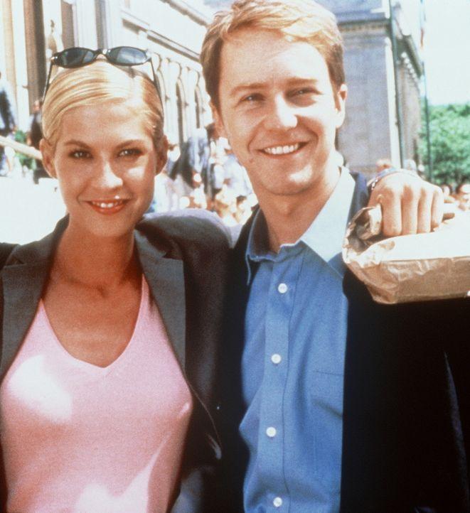Als überraschenderweise seine Jugendfreundin Anna (Jenna Elfman, l.) wieder in seinem Leben auftaucht, bringt sie Brians (Edward Norton, r.) Testos... - Bildquelle: SPYGLASS ENTERTAINMENT GROUP, LP