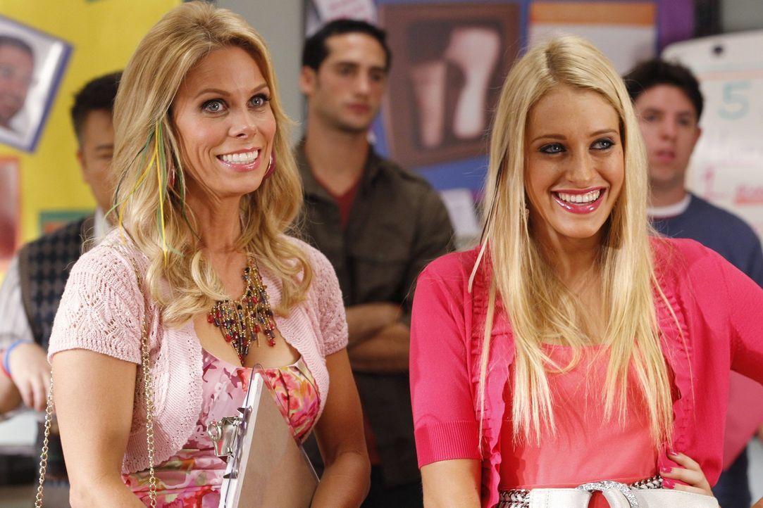 Führen ein ganz anderes Leben als Tessa und ihr Vater: Dalia (Carly Chaikin, r.) und Dallas Royce (Cheryl Hines, l.) ... - Bildquelle: Warner Bros. Television
