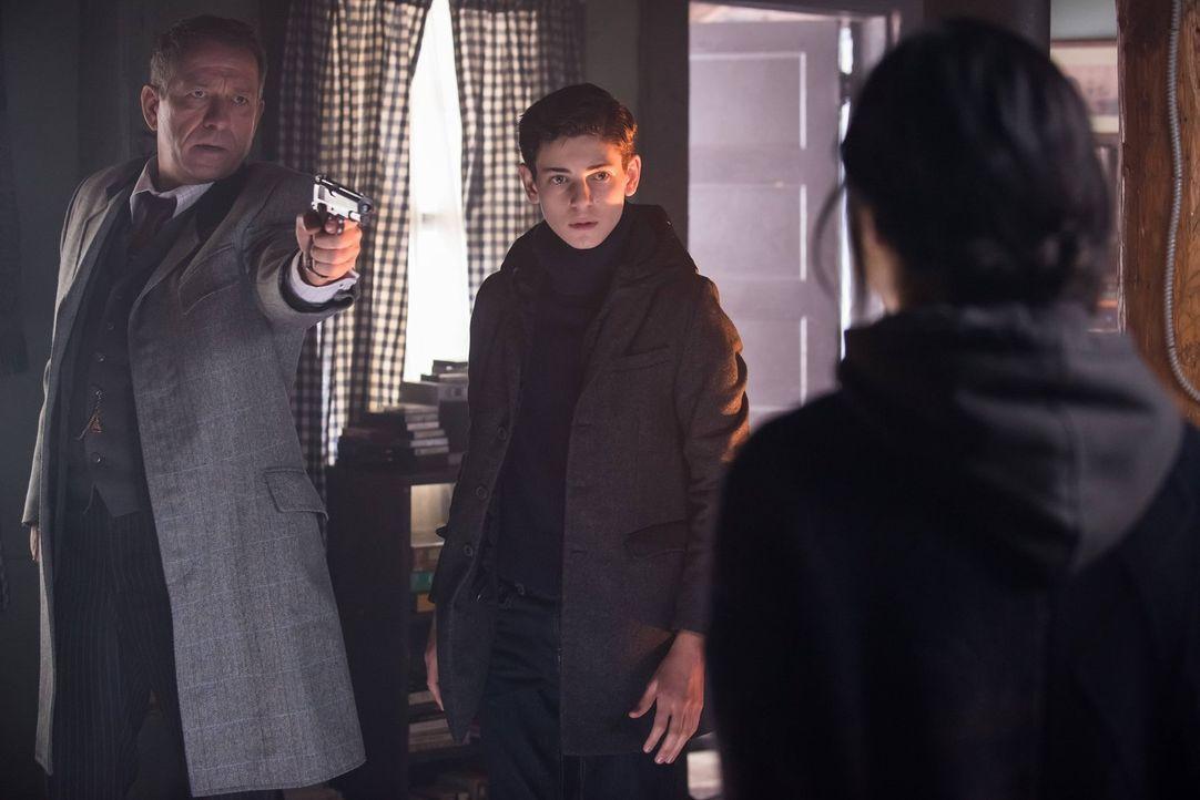 Zusammen machen sich Bruce (David Mazouz, M.) und Alfred (Sean Pertwee, l.) auf die Suche nach alten Freunden von Bruces Vater, mit denen er an dem... - Bildquelle: Warner Brothers