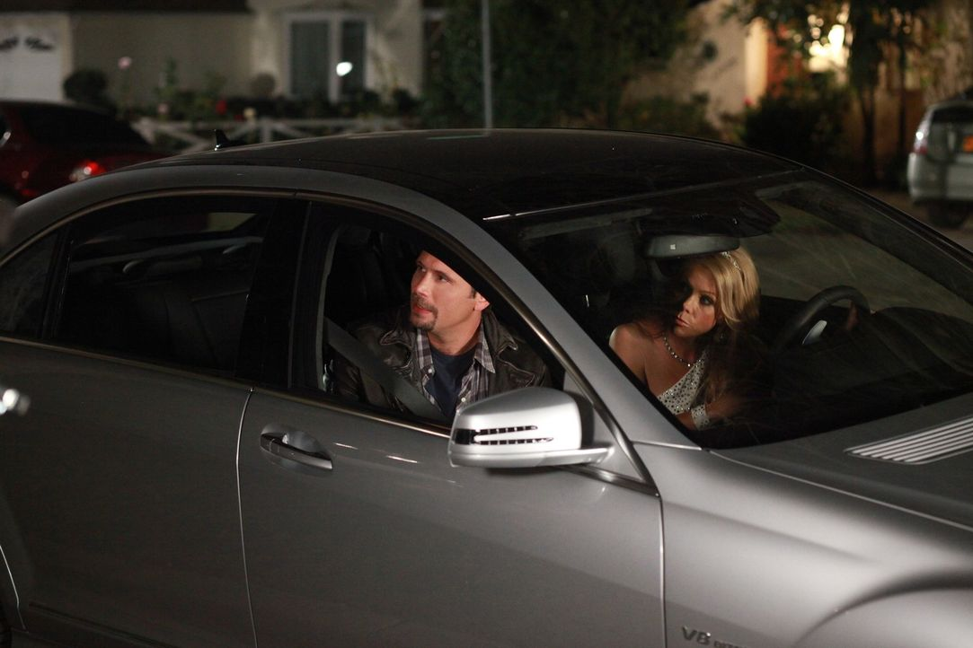 Machen sich Sorgen um Tessa, die nicht Zuhause aufgetaucht ist: George (Jeremy Sisto, l.) und Dallas (Cheryl Hines, r.) ... - Bildquelle: Warner Brothers