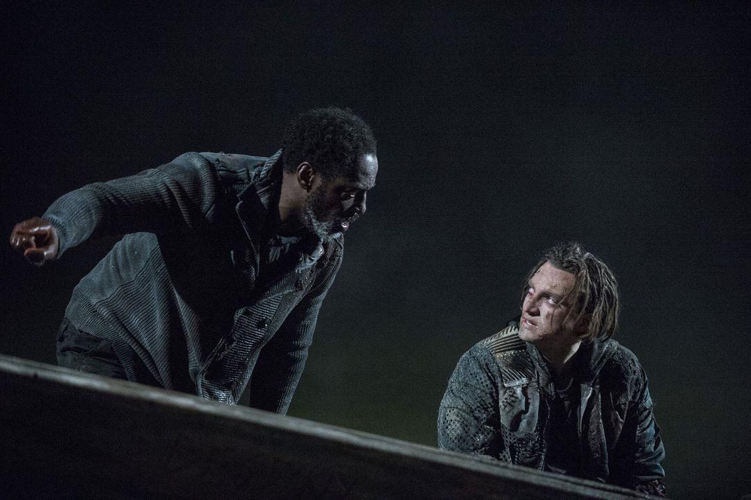 Auf hoher See kämpfen Jaha (Isaiah Washington, l.) und Murphy (Richard Harmon, r.) ums Überleben, aber auch einige der Skypeople schweben nach der m... - Bildquelle: 2014 Warner Brothers