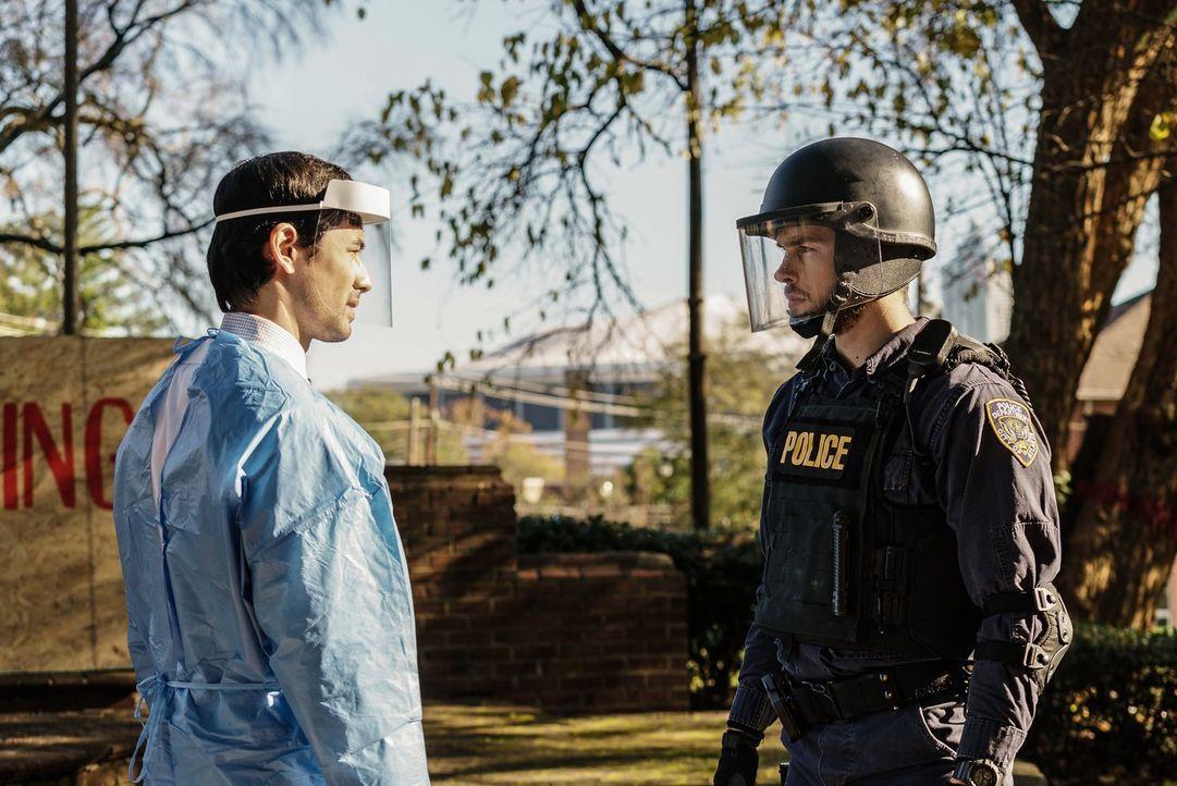 Dr. Cannerts (George Young, l.) macht weiter Tests mit Thomas' Blut. Unterdessen sorgt eine Entdeckung von Jake (Chris Wood, r.) für Hoffnung ... - Bildquelle: Warner Brothers