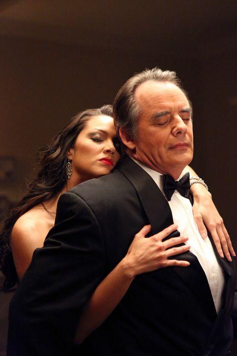 Was hat Flora (Paula Garcés, l.) und Adrian (Tom Irwin, r.) verbunden? Hinter das Geheimnis wollen Marisol und ihre Freundinnen kommen ... - Bildquelle: ABC Studios