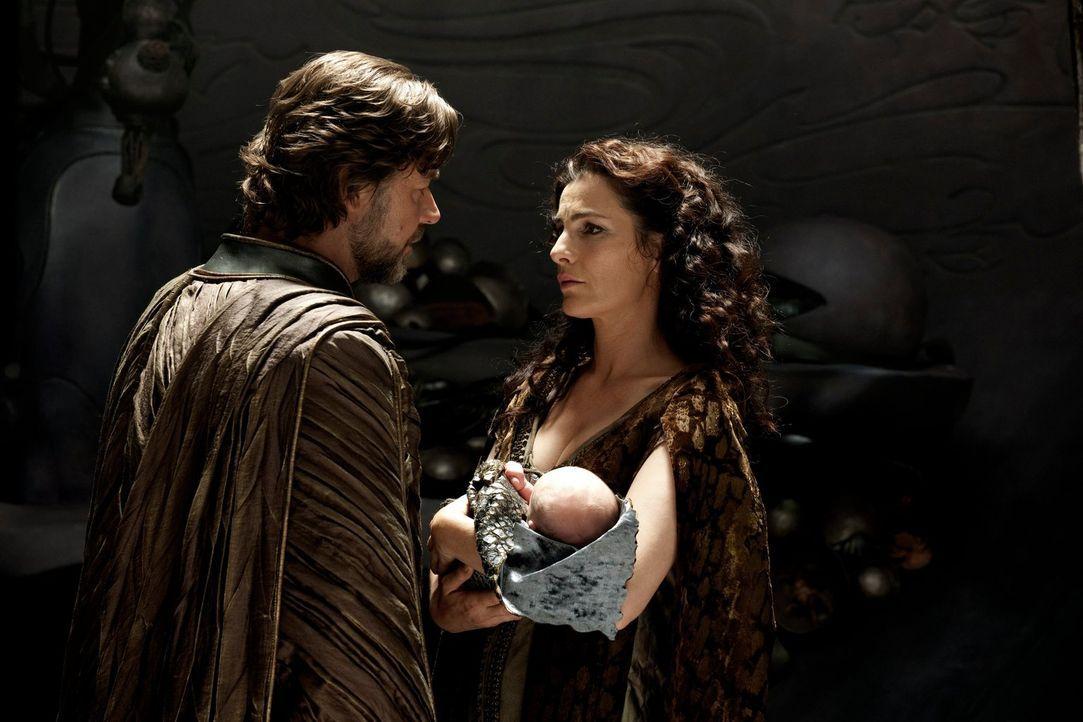 Jor-El (Russell Crowe, l.) und Lara Lor-Van (Ayelet Zurer, r.) müssen sich schweren Herzens von ihrem Sohn trennen und schicken ihn auf die Erde. Ih... - Bildquelle: 2013 Warner Brothers