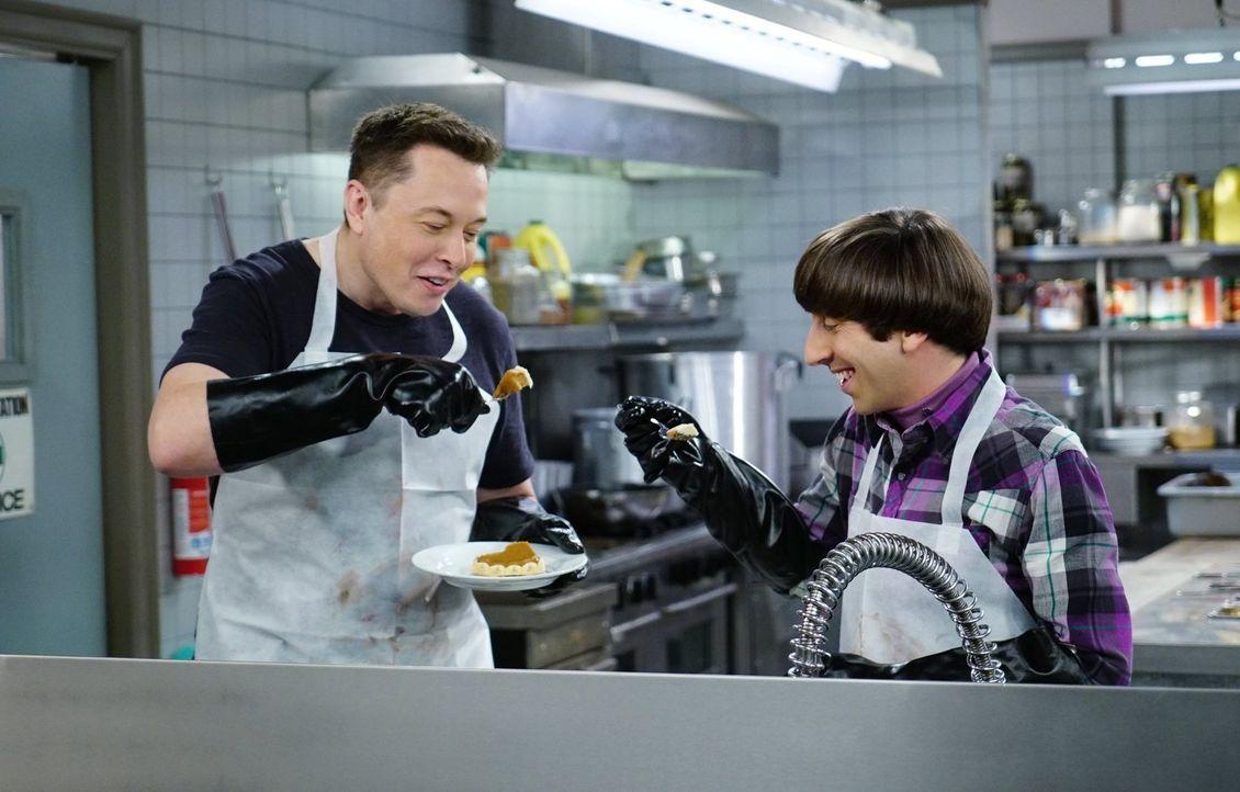 Howard (Simon Helberg, r.) ist außer sich, als er Elon Musk (Elon Musk, l.) in der Suppenküche trifft ... - Bildquelle: 2015 Warner Brothers