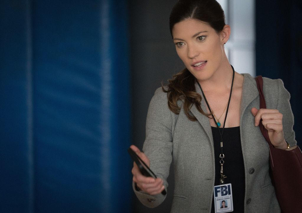 Zu ihrem Leidwesen mischt sich Brian versehentlich in ihr Privatleben ein: Rebecca (Jennifer Carpenter) ... - Bildquelle: Michael Parmelee 2015 CBS Broadcasting, Inc. All Rights Reserved