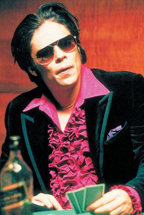 Der begnadete Diamantenräuber Franky Four Fingers (Benicio Del Toro) hat nur eine Schwäche: Immer lässt er sich mit Leuten ein, die ihn um seine woh... - Bildquelle: 2003 Sony Pictures Television International. All Rights Reserved.