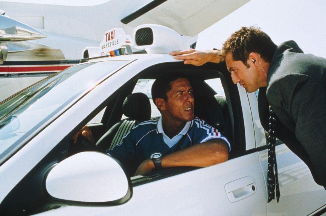 Taxichauffeur Daniel (Samy Nacéri, l.), sein Peugeot 406 und der Polizist Emilien (Frédérick Diefenthal, r.) sind ein unschlagbares Team ... - Bildquelle: Tobis Studio Canal