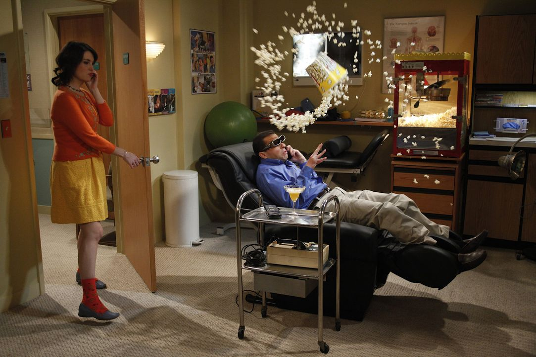 Nachdem Rose (Melanie Lynskey, l.) Alan (Jon Cryer, r.) auf die Schliche gekommen ist, dass er das Geld seiner Familie bereits ausgegeben hat - vers... - Bildquelle: Warner Brothers Entertainment Inc.