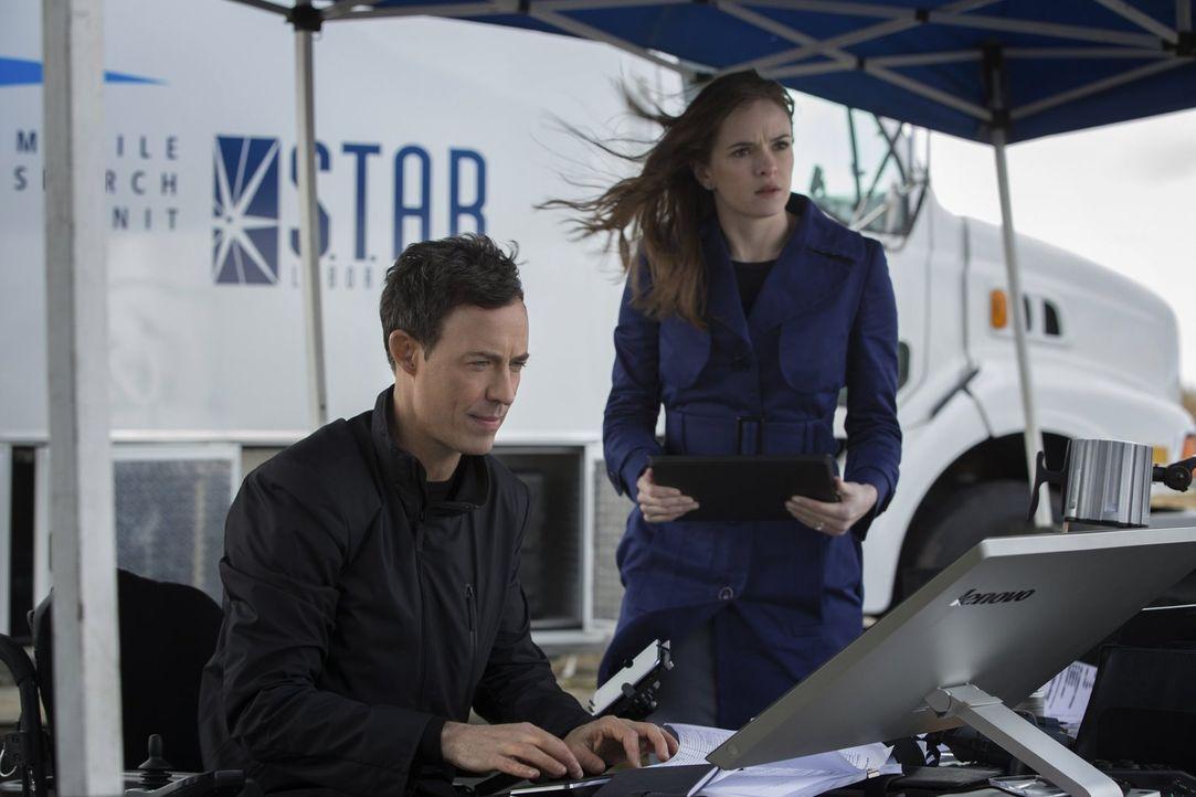 Sind über Barrys Superkräfte erstaunt: Harrison Wells (Tom Cavanagh, l.) und Caitlin Snow (Danielle Panabaker, r.) ... - Bildquelle: Warner Brothers.