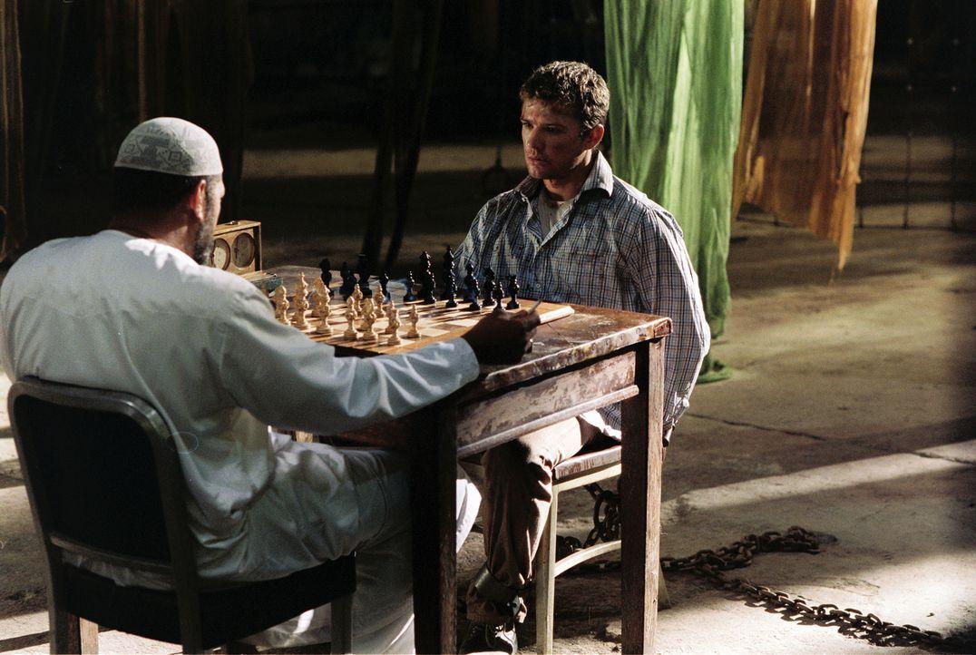 Mit einer Droge betäubt und schließlich in einer abgelegenen Lagerhalle eingesperrt, muss sich Martij (Ryan Phillippe, r.) unter Todesdrohung auf ei... - Bildquelle: Lions Gate Films