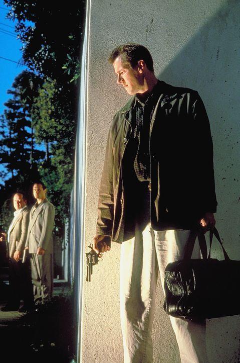Auf der Flucht vor den Gangstern und der Polizei: Sam Reed (Frederick Deane) ...