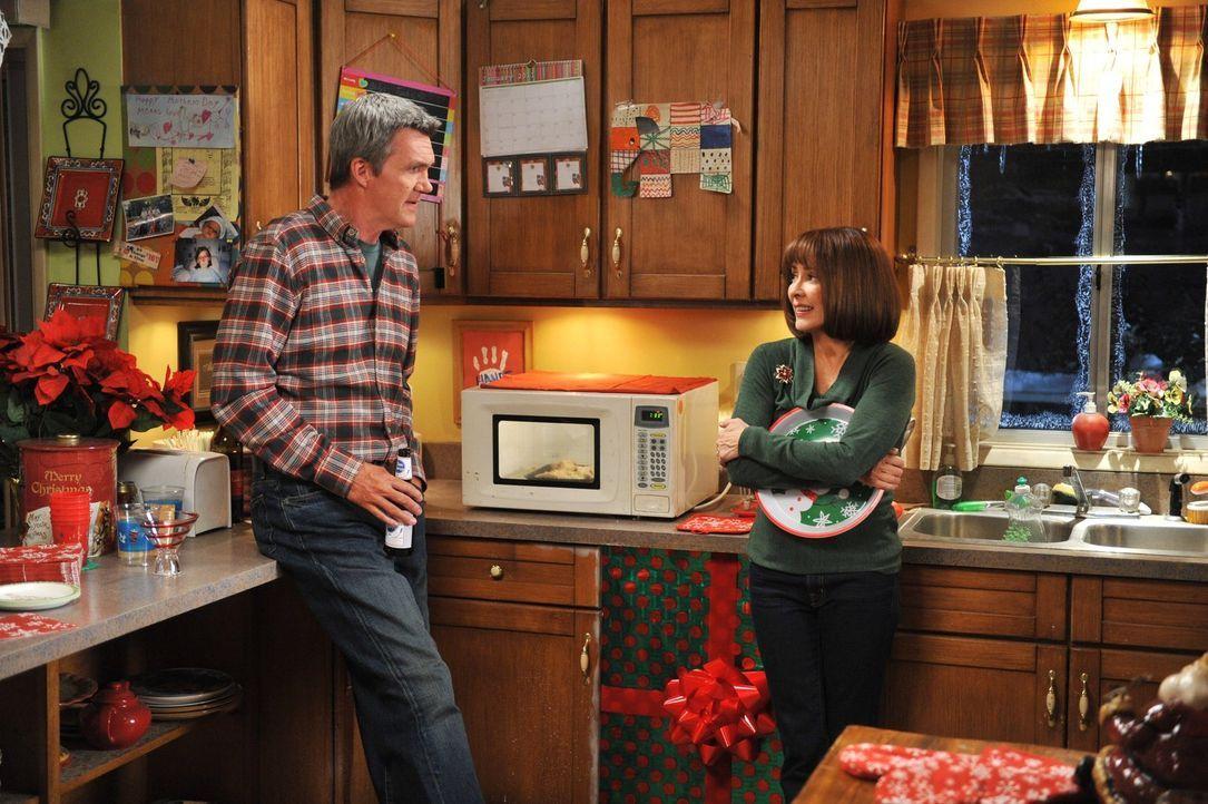 Mike (Neil Flynn, l.) ist alles andere als erfreut, als Frankie (Patricia Heaton, r.) ihm mitteilt, dass sie mit den Nachbarn Weihnachten feiern wil... - Bildquelle: Warner Brothers