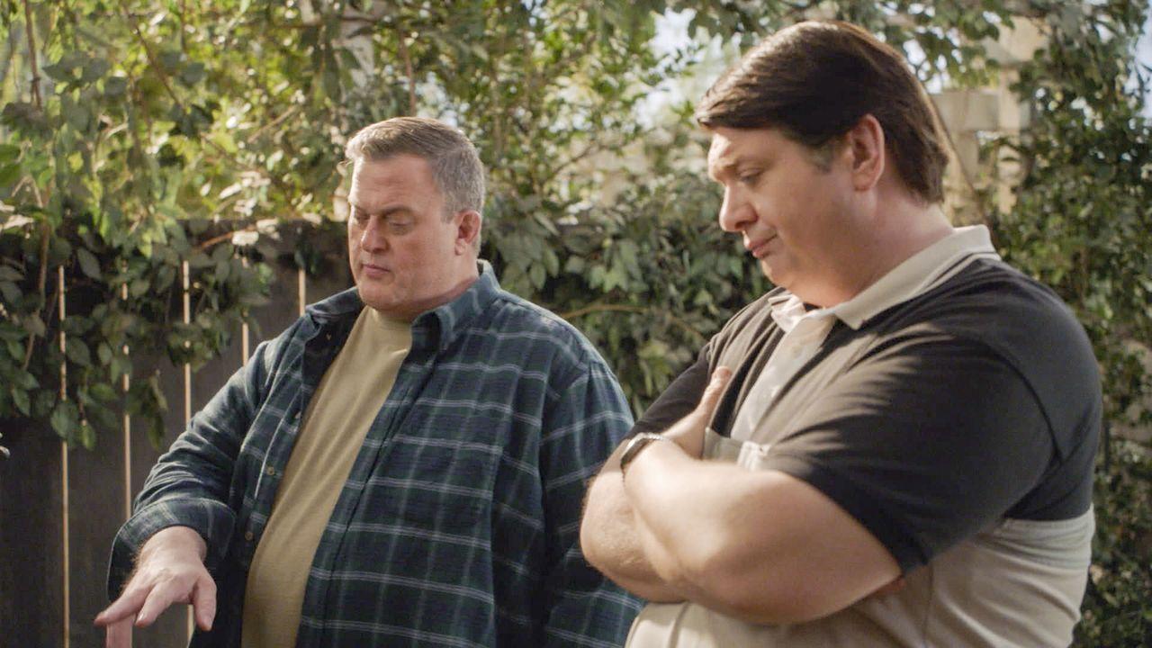 Während sich ihre Frauen wegen des neuen Hundes der Sparks streiten, hoffen Herschel (Billy Gardell, l.) und George Sr. (Lance Barber, r.) auf eine... - Bildquelle: Warner Bros. Television