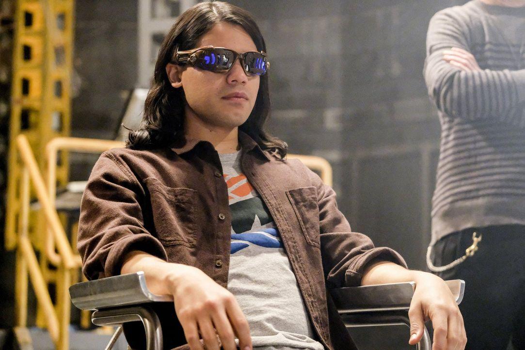 Cisco alias Vibe (Carlos Valdes) lässt sich darauf ein, Wally in die Zukunft zu bringen, damit er sieht, wie der Abend, an dem Savitar Iris umbringe... - Bildquelle: 2016 Warner Bros.