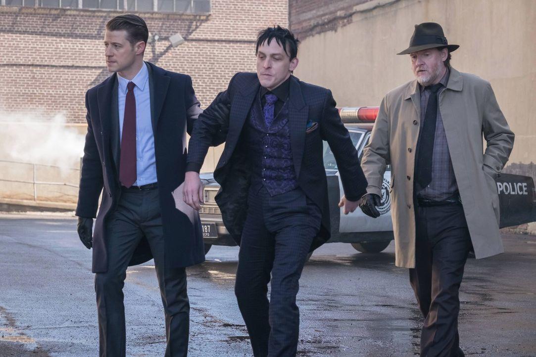 Barbara und Nygma haben Tetch entführt und erpressen nun die Stadt. Gordon (Ben McKenzie, l.) und Bullock (Donal Logue, r.) bieten Nygma einen Hande... - Bildquelle: Warner Brothers