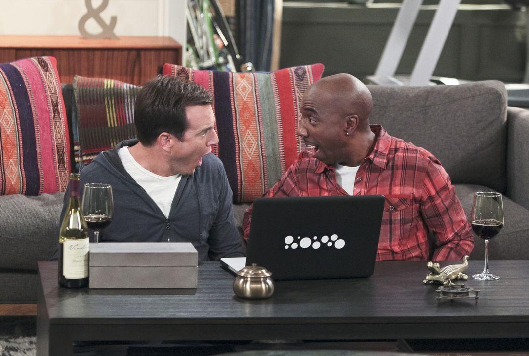 Ray (J.B. Smoove, r.) und Nathan (Will Arnett, l.) helfen Carol, einen Verehrer über das Internet zu finden. Mit Erfolg? - Bildquelle: 2013 CBS Broadcasting, Inc. All Rights Reserved.