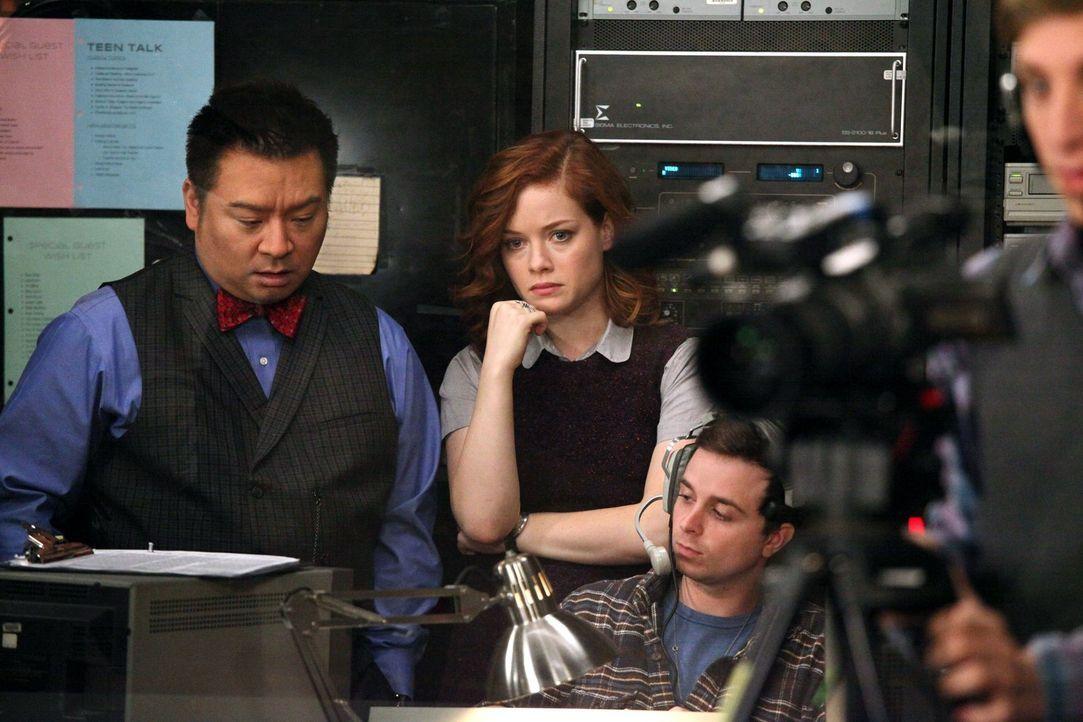 Tessa (Jane Levy, 2.v.l.) übernimmt den Job als Produzentin des Schulsenders. Als sie eher unfreiwillig Ryan engagiert, um live über seinen Körper z... - Bildquelle: Warner Brothers