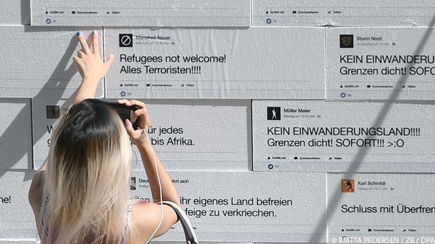 Vor 3 Jahren in Berlin: Eine Frau schaut sich auf dem Gendarmenmarkt eine Mau...