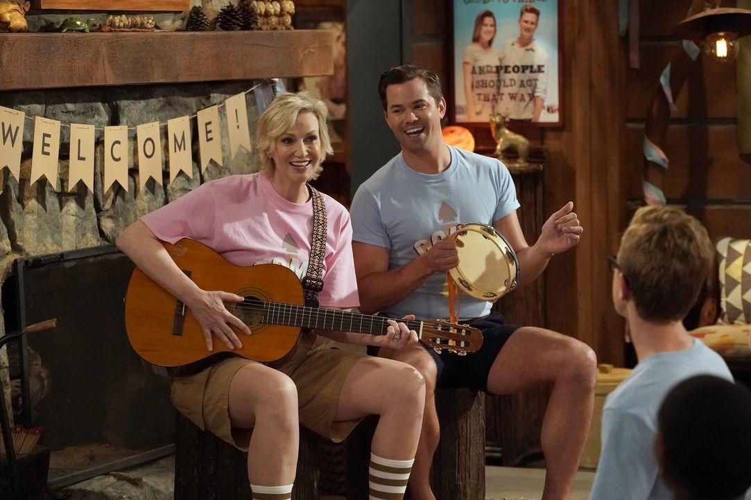 """Roberta (Jane Lynch, l.) und Reggie (Andrew Rannells, r.) leiten ein Camp, dass junge Menschen dazu bringen soll, ihre Homosexualität zu """"heilen"""" ... - Bildquelle: Chris Haston 2017 NBCUniversal Media, LLC"""