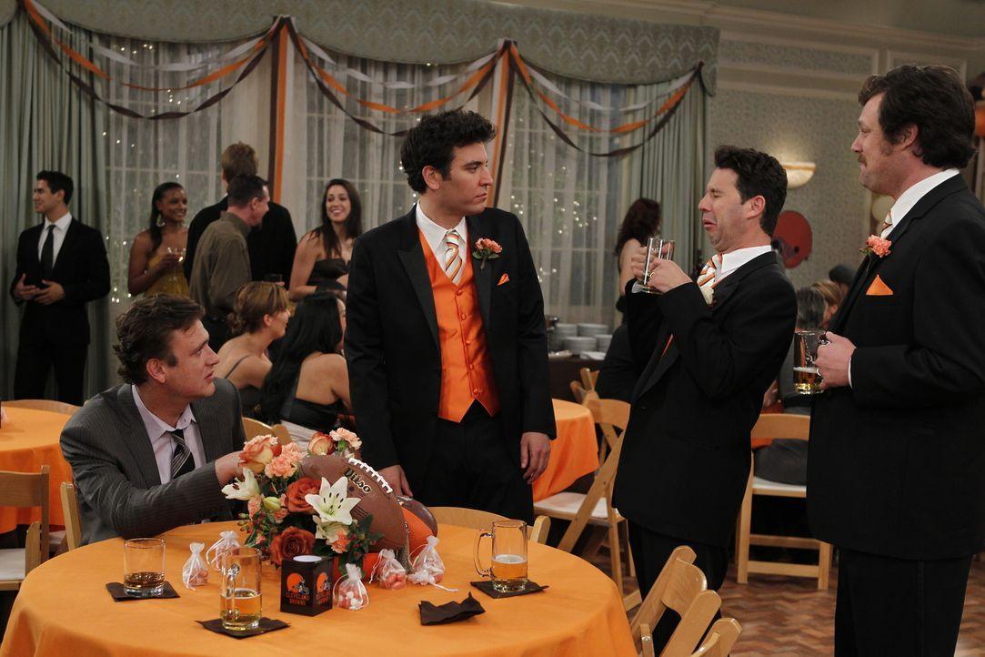 Als Barney kurz davor ist, kalte Füße bei seiner Hochzeit zu bekommen, schwelgen er und Ted in Erinnerungen und denken an die schlimmste Hochzeit,... - Bildquelle: 20th Century Fox International Television