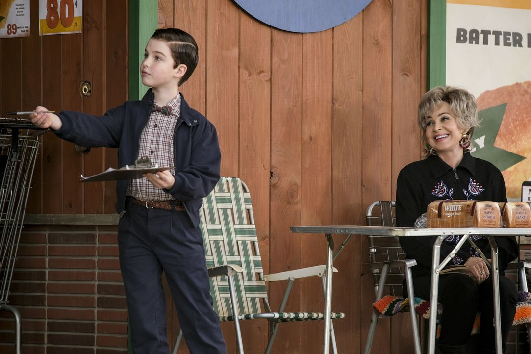 Sheldon Cooper (Iain Armitage, l.); Meemaw (Annie Potts, r.) - Bildquelle: Darren Michaels 2019 WBEI. All rights reserved. / Darren Michaels