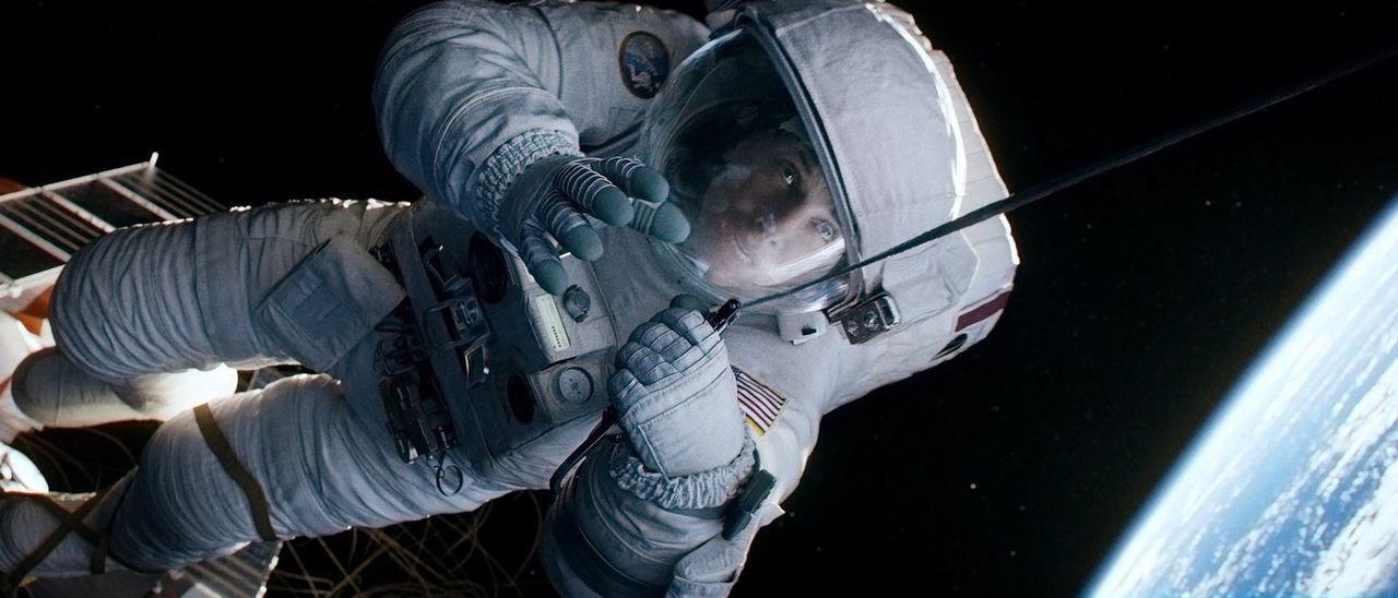 Kollisionsalarm im All: Weltraumschrott zerstört das Space Shuttle, in dem Dr. Ryan Stone (Sandra Bullock) und ihre Kollegen gearbeitet und gelebt h... - Bildquelle: Warner Brothers