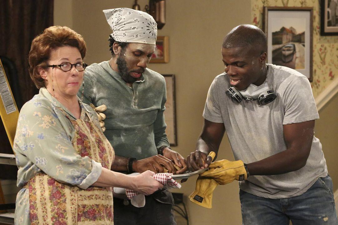 Hobby-Handwerker: Peggy (Rondi Reed, l.), Samuel (Nyambi Nyambi, M.) und Carl (Reno Wilson, r.) ... - Bildquelle: Warner Brothers