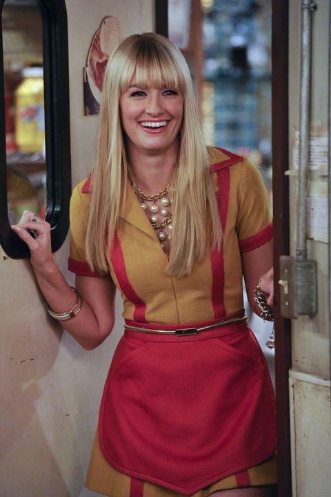 Als Überraschung kauft Caroline (Beth Behrs) neue Bettwäsche für Max, ist sich dabei aber nicht im Klaren, welchen Schaden sie damit auslöst ... - Bildquelle: Warner Brothers