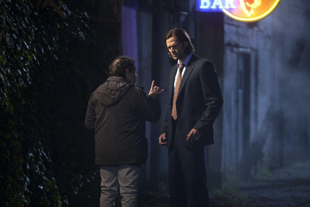 Metatron (Curtis Armstrong, l.) macht Ezekiel/Gadreel (Jared Padalecki, r.) ein verlockendes Angebot ... - Bildquelle: 2013 Warner Brothers