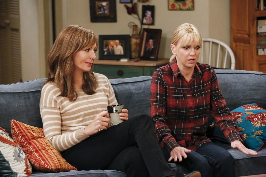 Als Christy (Anna Faris, r.) bewusst wird, wie skrupellos sich ihre Tochter Violet verhält, sucht sie Rat bei ihrer Mutter Bonnie (Allison Janney, l... - Bildquelle: 2016 Warner Bros. Entertainment, Inc.