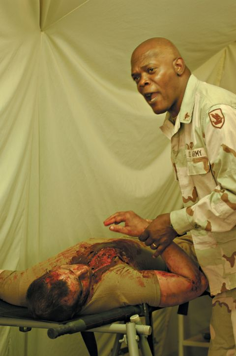 Der Arzt Will Marsh (Samuel L. Jackson, r.) ist zutiefst traumatisiert von den bestialischen Bildern des Irakkrieges. Seine Rückkehr in die USA bri... - Bildquelle: Nu Image
