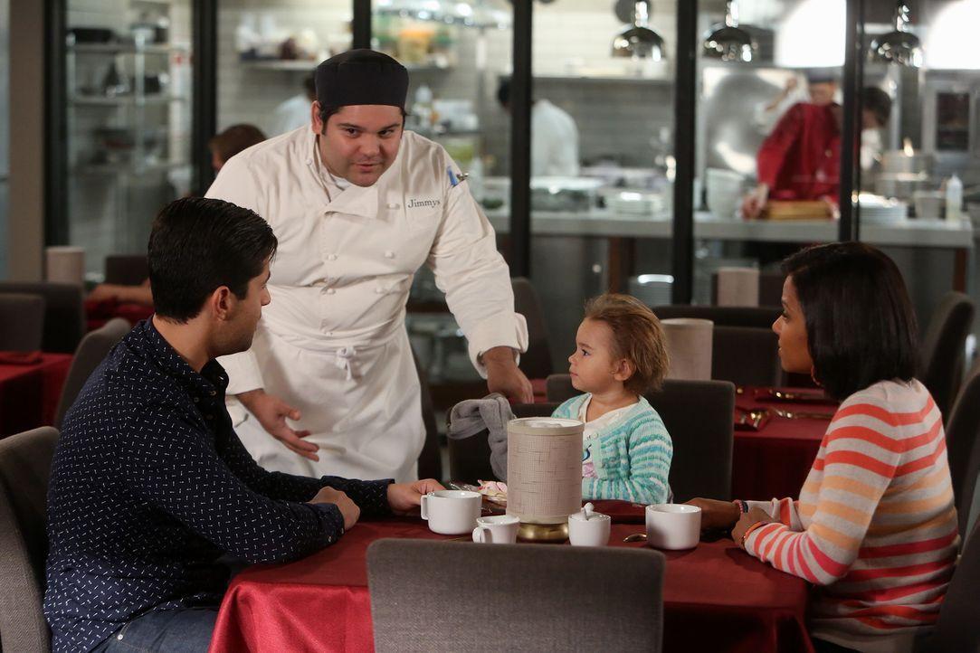 Gerald (Josh Peck, l.), Vanessa (Christina Milian, r.) und Edie lassen sich in Jimmys Restaurant von Victor (A.J. Rivera, 2.v.l.) und seinen Kollege... - Bildquelle: Jordin Althaus 2016 ABC Studios. All rights reserved.