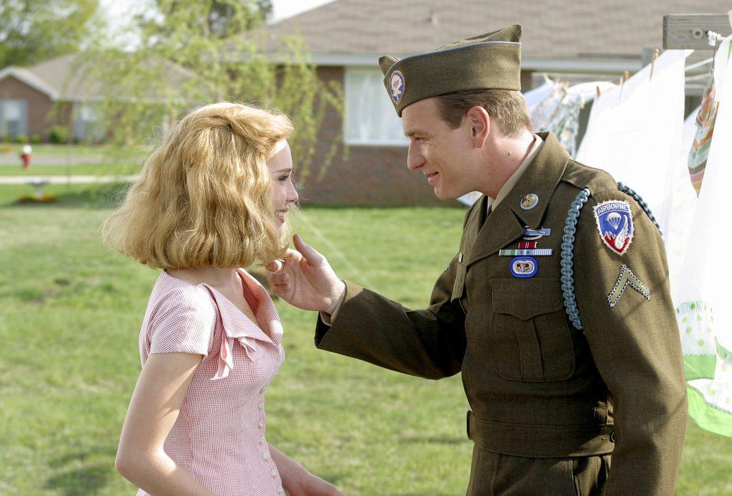 Edward (Ewan McGregor, r.) muss in die Krieg ziehen und seine geliebte Sandy (Alison Lohman, l.) zurücklassen. Glücklicherweise kann er den Zweite... - Bildquelle: 2004 Sony Pictures Television International. All Rights reserved.