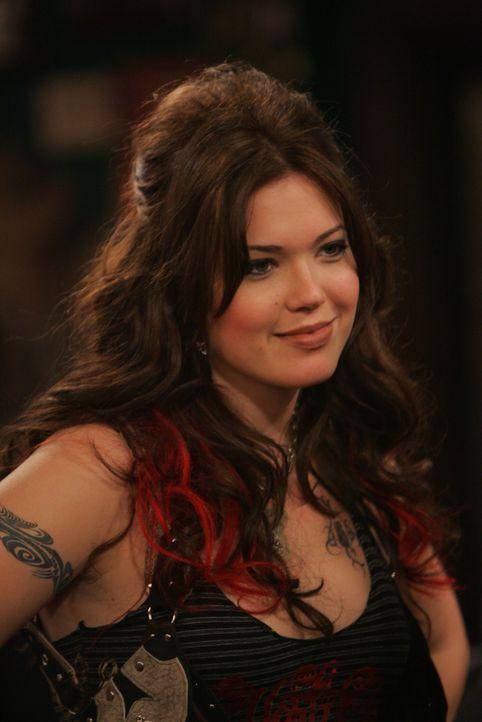 Mit Punkerin Amy (Mandy Moore) zieht Ted durch die Nacht und endet in einem Tattoo-Studio ... - Bildquelle: 20th Century Fox International Television
