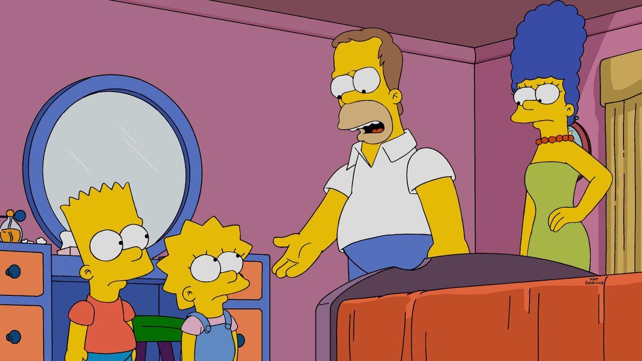 Dank der frisch von Moe entwickelten Fotos erinnern sich Homer (2.v.r.) und Marge (r.) daran, wie stark ihre Kinder Bart (l.) und Lisa (2.v.l.) sich... - Bildquelle: 2014 Twentieth Century Fox Film Corporation. All rights reserved.