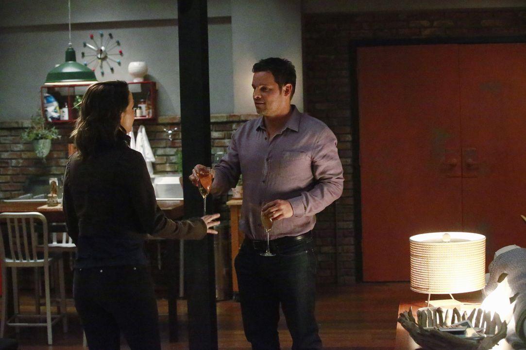 Alex (Justin Chambers, r.) hat eine ganz besondere Überraschung für Jo (Camilla Luddington, l.), während im Krankenhaus eine Gruppe von verletzen Fe... - Bildquelle: Mitchell Haaseth ABC Studios