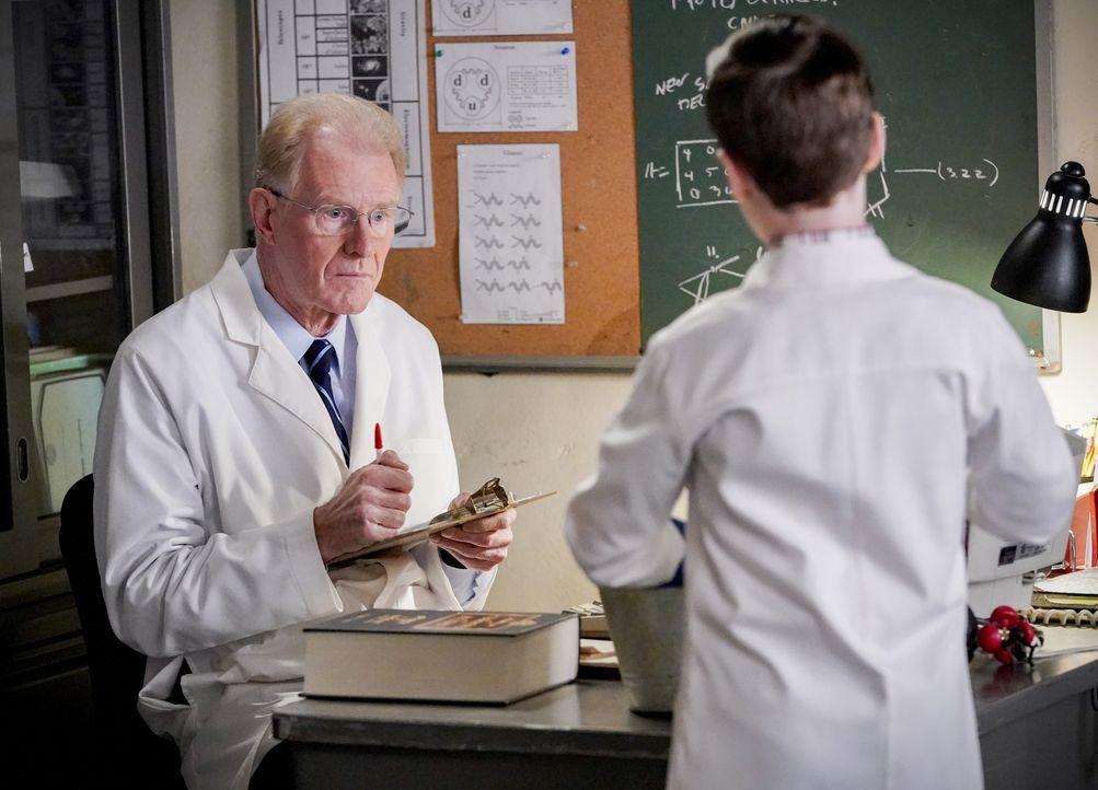 Dr. Linkletter (Ed Begley jr., l.); Sheldon Cooper (Iain Armitage, r.) - Bildquelle: 2020 Warner Bros. Entertainment Inc. All Rights Reserved.