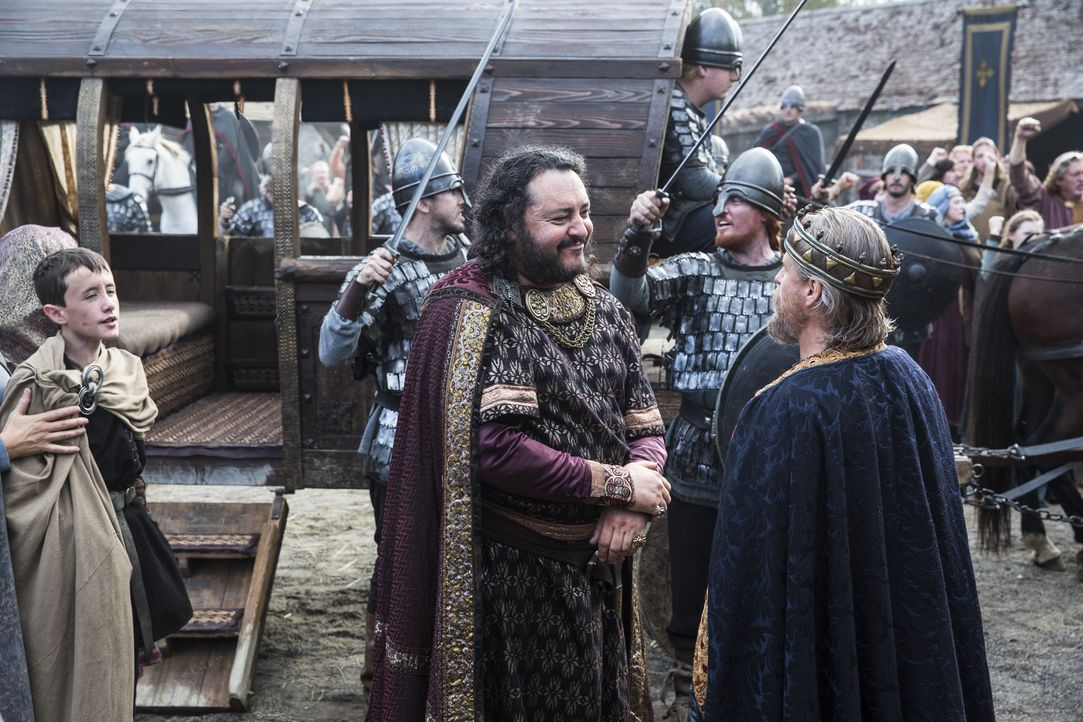 Werden sie sich verbünden, um gegen die Wikinger vorzugehen? König Ecbert (Linus Roache, vorne r.) und König Aelle (Ivan Kaye, vorne l.) ... - Bildquelle: 2014 TM TELEVISION PRODUCTIONS LIMITED/T5 VIKINGS PRODUCTIONS INC. ALL RIGHTS RESERVED.