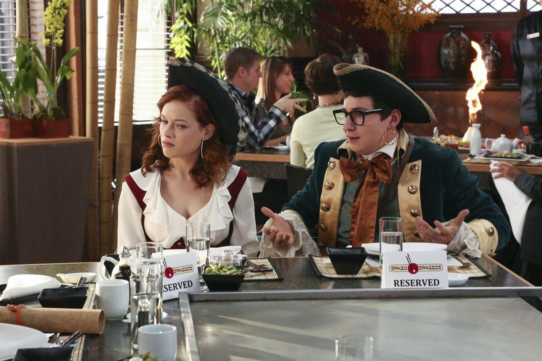 Während Tessa (Jane Levy, l.) eine Einladung von Evan (Sam Lerner, r.) annimmt, machen sich George und Fred auf, zu einem ganz besonderen Trip nach... - Bildquelle: Warner Bros. Television