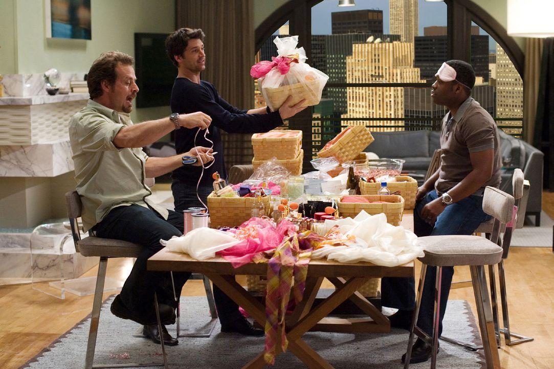 Eine Aufgabe als Brautjunger ist es, Päckchen für die Brautparty zusammenzustellen. Gary (Richmond Arquette, l.) und Felix (Kadeem Hardison, r.) h... - Bildquelle: 2008 Columbia Pictures Industries, Inc. and Beverly Blvd LLC. All Rights Reserved.
