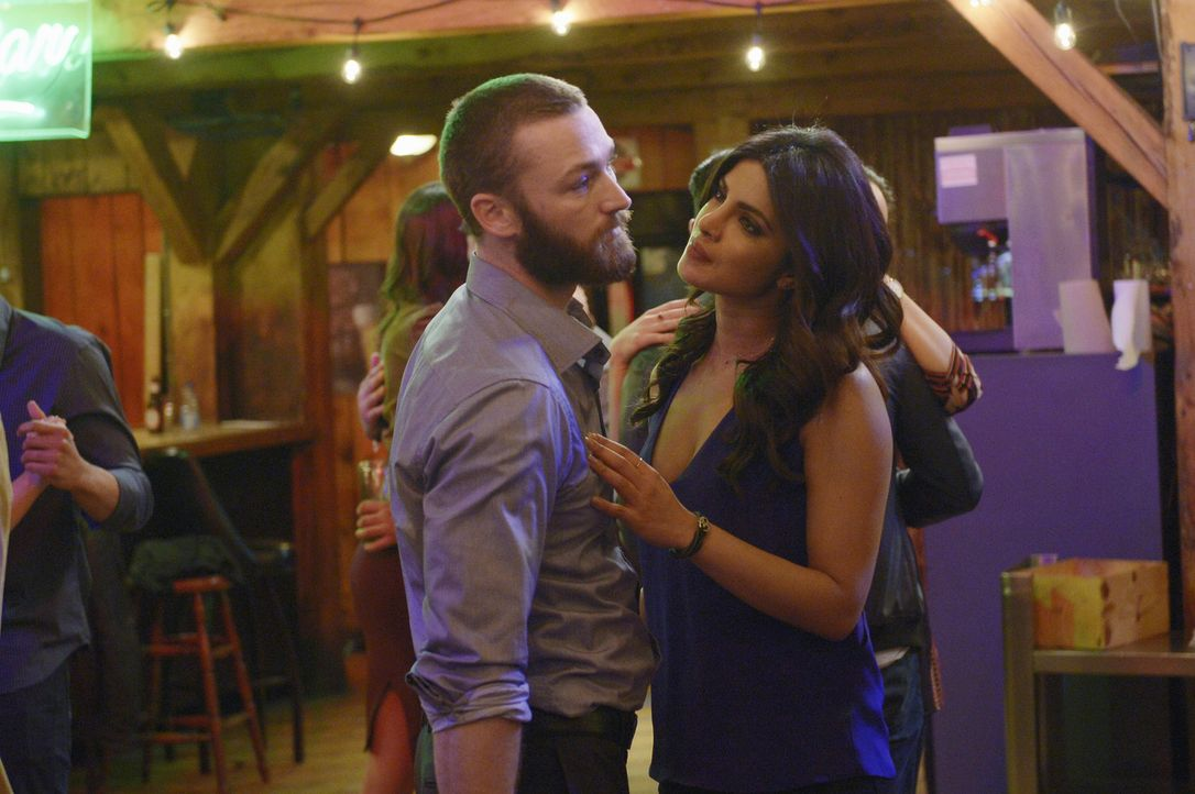 In Quantico machen die Rekruten ihren Abschluss und feiern dies ausgiebig: Alex (Priyanka Chopra, r.) und Ryan (Jake McLaughlin, l.) ... - Bildquelle: Philippe Bosse 2016 American Broadcasting Companies, Inc. All rights reserved.