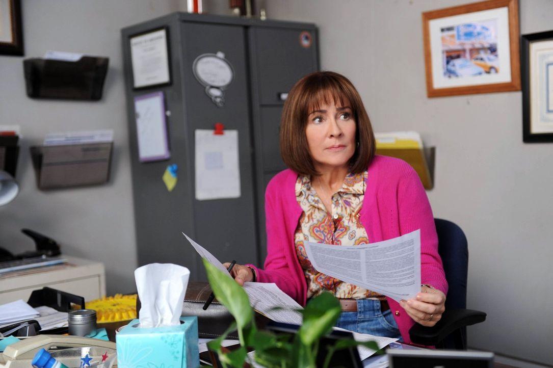 Während Mike mit Brick ein ernstes Wort über dessen Benehmen reden muss, geht Sue in ihrer Rolle als Mentorin für eine Neuntklässlerin voll auf. Fra... - Bildquelle: Warner Brothers