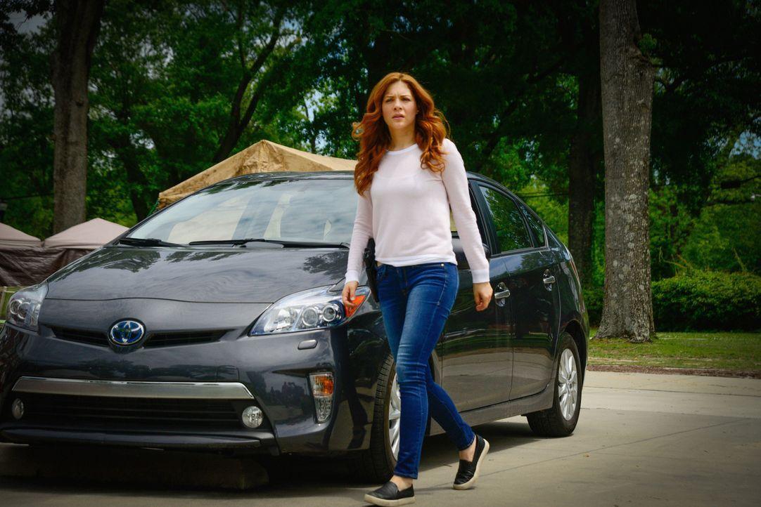Julia (Rachelle LeFevre) macht sich auf die Suche nach Hinweisen, um der Stadt und all den Dorfbewohnern zu helfen ... - Bildquelle: Brownie Harris 2015 CBS Studios Inc.