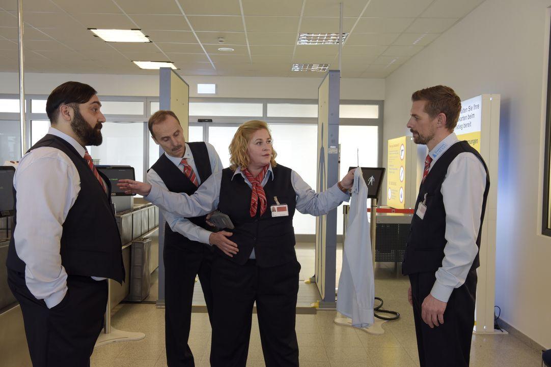 (v.l.n.r.) Ertu Karahanci (Kailas Mahadevan); Harald (Jan Georg Schütte); Ingrid (Petra Kleinert); Jan Rothe (Klaas Heufer-Umlauf) - Bildquelle: Christiane Pausch ProSieben / Christiane Pausch