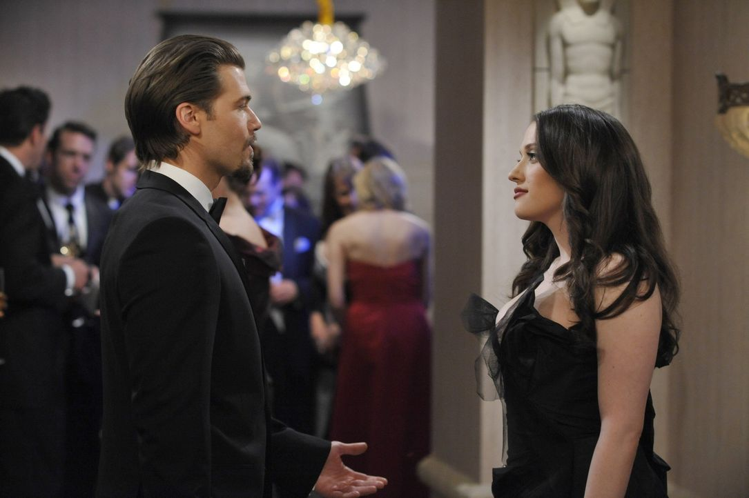 Auf der Gala angekommen, schafft es Max (Kat Dennings, r.), Johnny (Nick Zano, l.) endgültig abzuservieren ... - Bildquelle: Warner Brothers