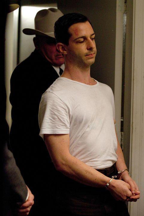 Hat das Leben ganz vieler gewöhnliche Menschen in das Attentat auf Kennedy mit hineingezogen: Lee Harvey Oswald (Jeremy Strong, r.) ... - Bildquelle: Claire Folger 2013 WALLEYE PRODUCTIONS, LLC ALL RIGHTS RESERVED.