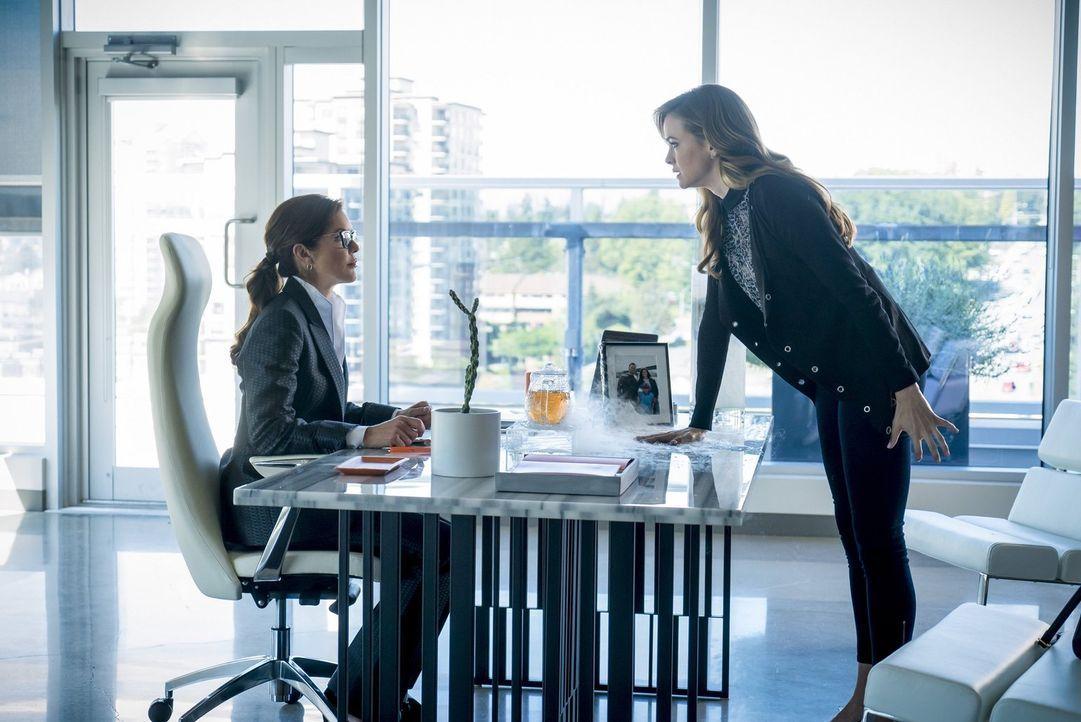 Auf der Suche nach Antworten stattet Caitlin (Danielle Panabaker, r.) ihrer Mutter Dr. Carla Tannhauser (Susan Walters, l.), einer berühmten Biomedi... - Bildquelle: 2016 Warner Bros.